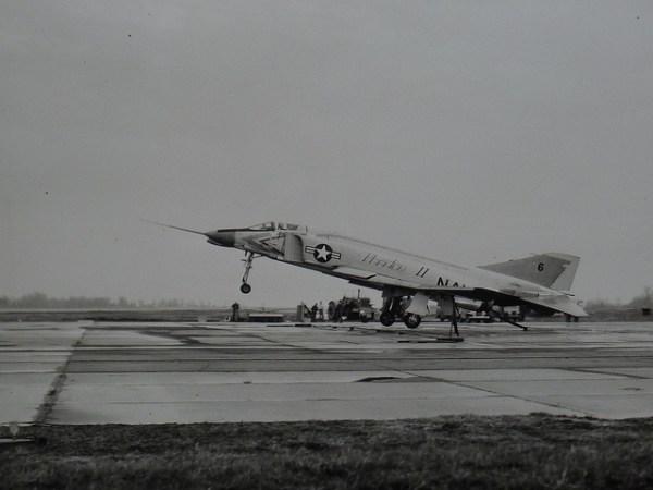 27 de maio de 1958: o primeiro protótipo F4H-1 decola do aeroporto de St. Louis. Em 1960, o 23º avião experimental embarcava em porta-aviões.