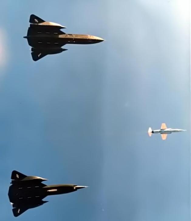 """Blackbirds em formação, YF-12A (inf.) e YF-12C (sup.), 1975. Observar a presença do Lockheed F-104 Starfighter (""""chase plane"""", ou """"paquera"""") - NASA"""