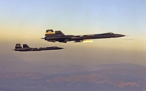 Blackbirds em formação: YF-12C (esq.) e YF-12A (dir.), 1975 / NASA