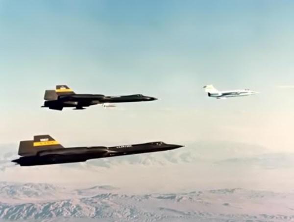 """Blackbirds em formação, YF-12C (inf.) e YF-12A (sup.), 1975. Observar a presença do Lockheed F-104 Starfighter (""""chase plane"""", ou """"paquera"""") - NASA"""