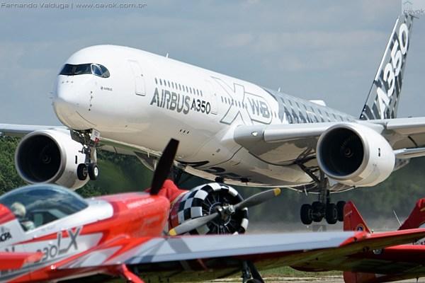 O Airbus A350XWB decola para sua apresentação no AirVenture 2015. (Foto: Fernando Valduga / Cavok Brasil)
