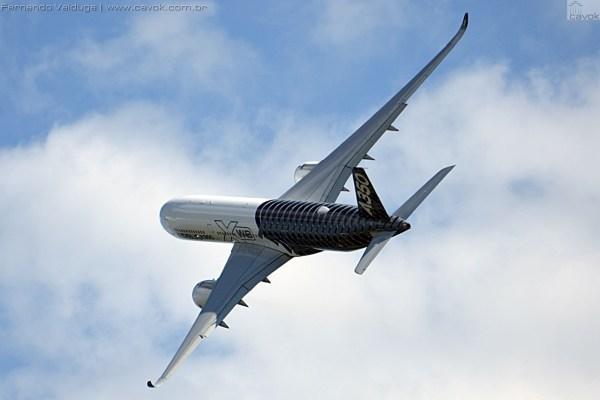 O A350 realizou diversas passagens baixas. (Foto: Fernando Valduga / Cavok Brasil)