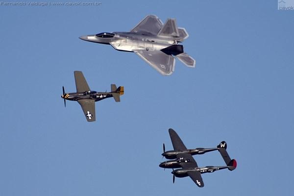 O tradicional Heritage Flight, com a formação de um P-51D, um P-38 e o F-22. (Foto: Fernando Valduga / Cavok Brasil)