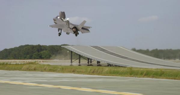 O F-35B também se beneficia da rampa, mas o USMC vai usá-lo em decolagem STO.
