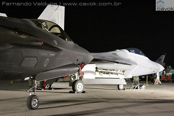 Os dois caças stealths do inventário da USAF, vistos juntos no AirVenture 2015. (Foto: Fernando Valduga / Cavok Brasil)