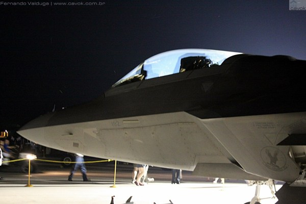 Detalhe do F-22 Raptor a noite. (Foto: Fernando Valduga / Cavok Brasil)