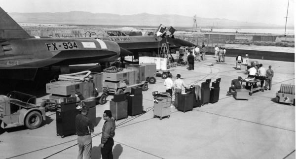 Inspeção final, antes de um voo de teste com o primeiro protótipo do Lockheed AF-12 (YF-12A), Artigo 1001 (60-6934), em 8 de outubro de 1963. Observar que a simbologia da USAF já havia sido aplicada