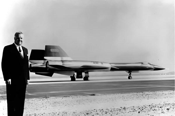 Kelly Johnson, ao lado do terceiro exemplar do AF-12 (YF-12A), Artigo 1003 (60-6936), em 13 de março de 1964 - Lockheed Martin