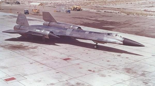 O primeiro exemplar do AF-12 (YF-12A), Artigo 1001 (60-6934), momentos antes da realização do voo inaugural, com piloto de testes Jim Eastham aos comandos - Lockhhed Martin