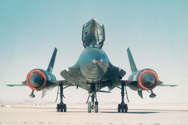 Primeiro protótipo do Lockheed AF-12 (YF-12A), Artigo 1001 (60-6934) - Observar os dois sensores de busca e rastreamento por infravermelho (IRST), próximos ao radome da aeronave - Lockheed Martin