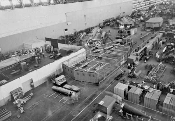 Primeiro protótipo do Lockheed AF-12 (YF-12A), Artigo 1001 (60-6934), sendo fabricado, nas instalações da Skunk Works, em Burbank (Califórnia). Observar a presença do cortinado ao redor da área onde o AF-12 (YF-12A) estava sendo montado. Também é possível ver alguns exemplares do A-12 sendo construídos no mesmo prédio, junto com os contêineres rodoviários especiais, que seriam empregados no transporte das aeronaves, quando finalizadas, até a Área 51 / Lockheed Martin
