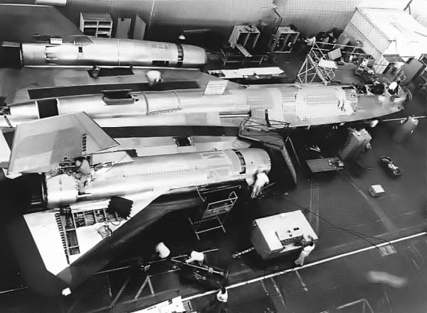 Primeiro protótipo do Lockheed AF-12 (YF-12A) sendo fabricado, nas instalações da Skunk Works, em Burbank (Califórnia) – Lockheed Martin