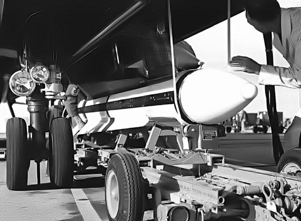 Segundo protótipo do Lockheed AF-12 (YF-12A), Artigo 1002 (60-6935), sendo preparado para o voo de testes onde seria lançado o primeiro míssil AIM-47, no dia 18 de março de 1965, com o piloto de testes, Lou Schalk, no comando da aeronave / Lockheed Martin