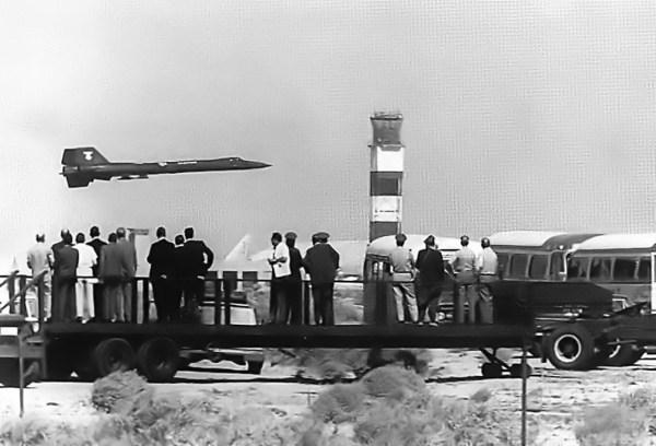VIPs observam o YF-12A decolar de Edwards, em 1 de maio de 1965, para uma série de sortidas onde foram quebrados vários recordes da FAI - AFFTC