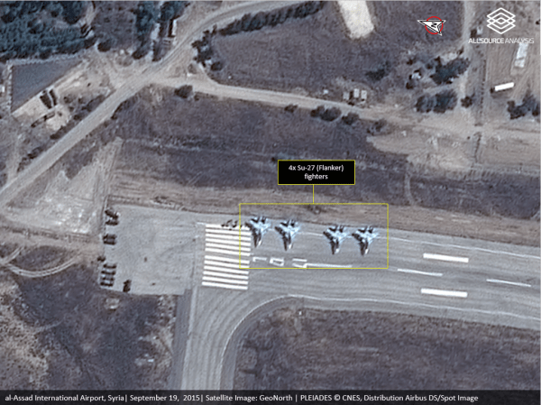 4 caças multifuncionais Su-30SM pertencentes às Forças Aeroespaciais Russas (VKS) estacionados na cabeceira da pista 17L, no lado norte, no aeroporto internacional Bassel al-Asad, ao sul de Latakia