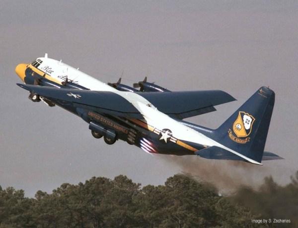 """Na atualidade só C-130 """"Fat Albert"""" dos Blue Angels usa JATO, mais por parte do espetáculo do que por utilidade"""