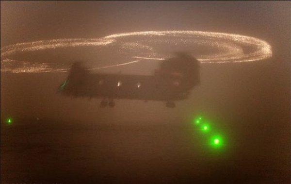 O Fogo de Santelmo visível nas extremidades das pás deste CH-47.