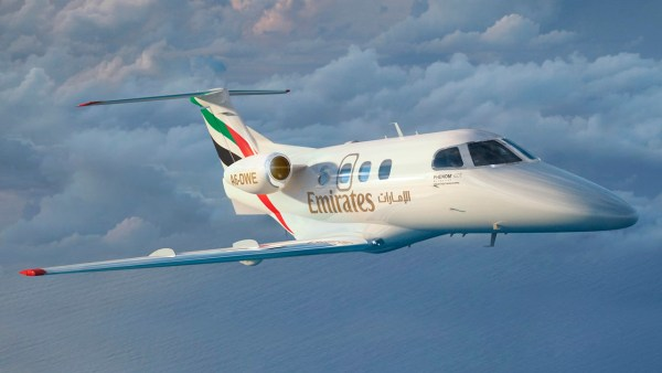 Um jato executivo Phenom 100nas cores da Emirates Flight Training. (Foto: Embraer Executive Jets)