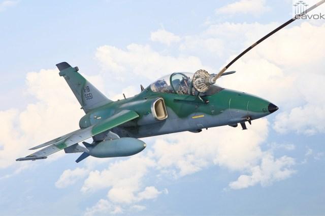 Esquadrilha de aeronaves AMX A-1 é reabastecida em voo por KC-130 Hércules durante a Operação Amazônia.