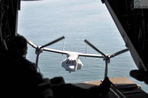 Uma aeronave MV-22 Osprey acompanha o KC-130 durante o voo sobre o Oceano Atlântico