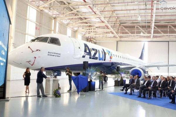"""O Embraer 195 """"Azul & Embraer, Embraer & Azul"""", prefixo PR-AUP, é o 1.200° E-Jet entregue pela Embraer. (Foto: Embraer)"""