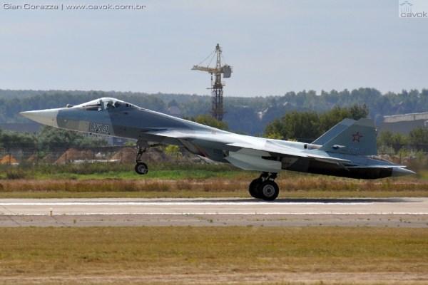 """O caça de quinta geração russo Sukhoi T-50 (PAK FA) """"054"""", durante o MAKS 2015. (Foto: Gian Corazza / Cavok)"""