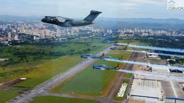 Esquadrilha da Fumaça realiza sobrevoo ao lado do KC-390 (1)