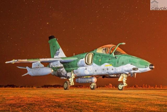 Aeronave A-1A do Esquadrão Centauro com pod de reconhecimento sob o véu da noite na Base Aérea de Santa Maria.