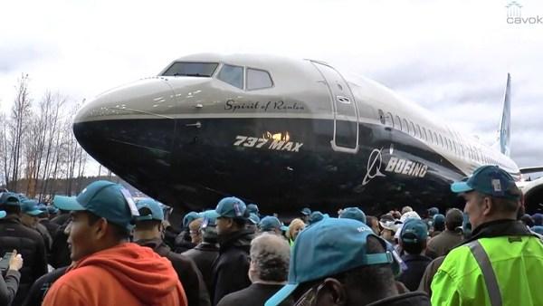 """Apropriadamente batizado de """"Spirit of Renton"""", o primeiro 737 MAX, saiu da linha de montagem em 08 de dezembro de 2015."""