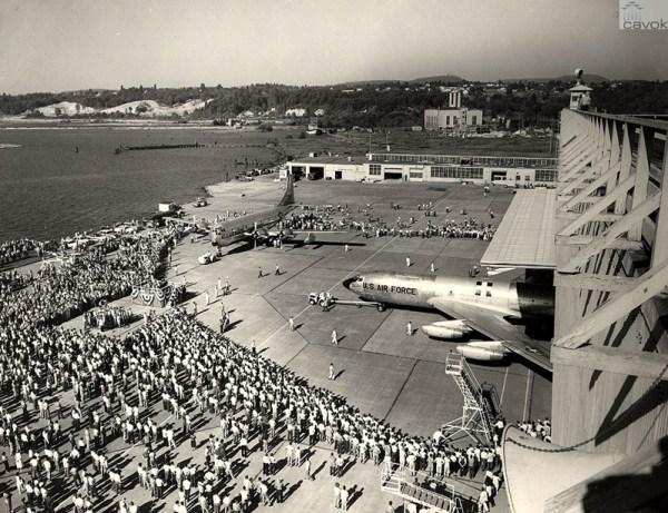 Cerimônia de roll out do primeiro KC-135A, Renton, 18 de julho de 1956. Ao fundo, à esquerda o último dos 888 KC-97 fabricados, que também saiu da linha de produção na mesma ocasião!