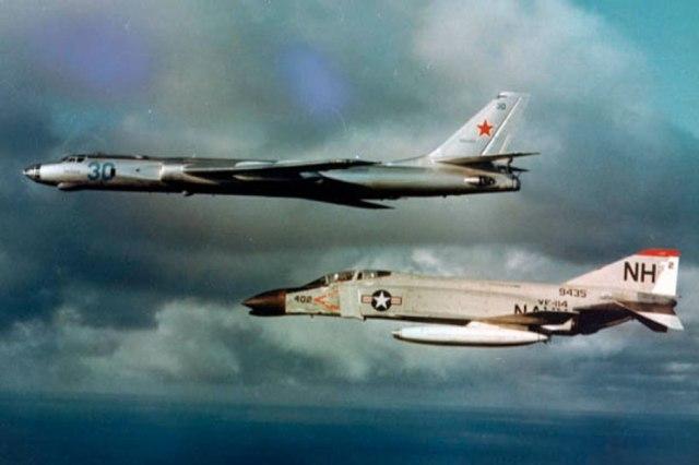 O Tu-16 era utilizado para muitas tarefas. Como avião de ataque antinavio, transportava, além do armamento normal, um míssil AS-5 ou AS-6 sob cada uma das asas.