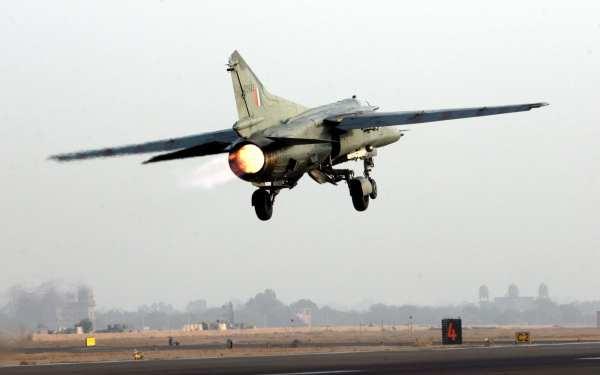 Um jato de combate MiG-27 Flogger da Força Aérea da Índia, decola da Base Aérea de Jodhpur.