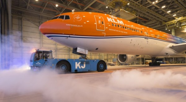 O Boeing 777-300 (PH-BYA) já com a exclusiva pintura laranja. (Foto: KLM)