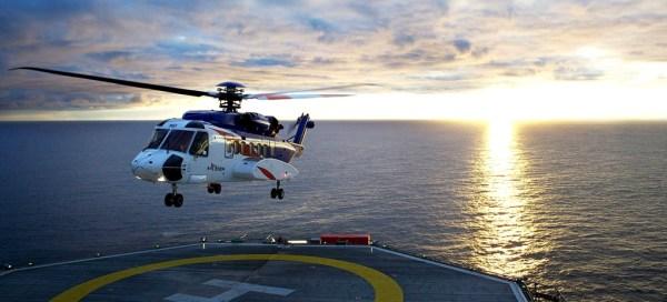 Um Sikorsky S-92 realiza um pouso numa plataforma offshore. (Foto: Sikorsky Aircraft)