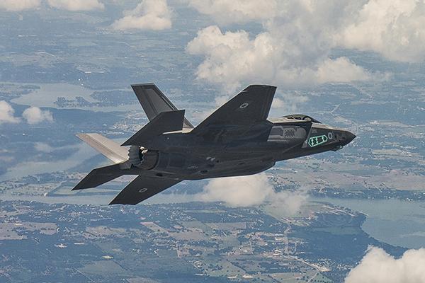 """O primeiro caça F-35I """"Adir"""" de Israel, durante seu primeiro voo, realizado nos EUA. (Foto: Liz / Lockheed Martin)"""