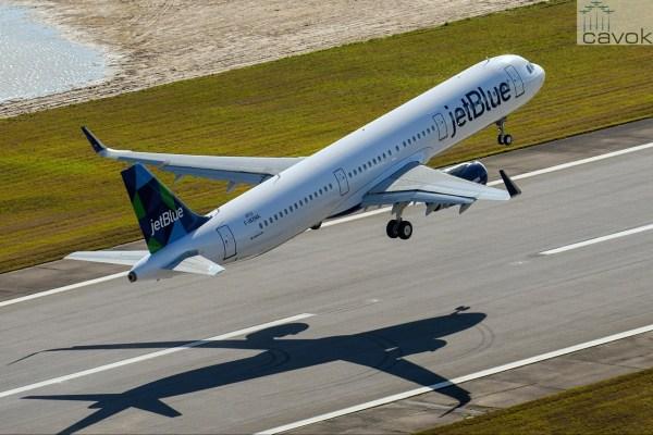 """O primeiro A321 fabricado na unidade da Airbus em Mobile, Alabama, que foi batizado de """"Bluesmobile"""", e que está exposto no AirVenture em Oshkosh. (Foto: J. Darcy / Airbus)"""
