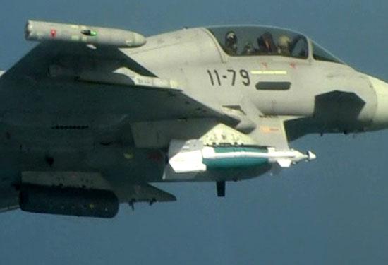 """A aeronave Eurofighter C.16 """"11-79"""" da Força Aérea da Espanha, durante o teste de lançamento de uma bomba guiada EGBU-16. (Foto: Força Aérea da Espanha)"""
