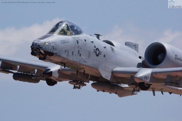 Demonstração em voo de um Fairchild A-10 Thunderbolt II da Força Aérea dos EUA. (Foto: Luis André Werlang / Cavok)