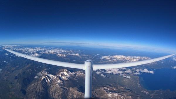 O planador Perlan desliza num voo a vela a 26.000 pés de altitude. (Foto: Perlan Project)