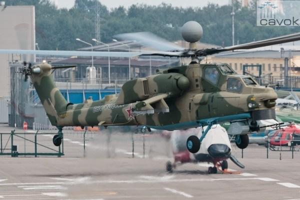 O helicóptero de ataque Mi-28NM, que possui um novo radar e um sistema de controle dual, durante seu primeiro voo de teste.