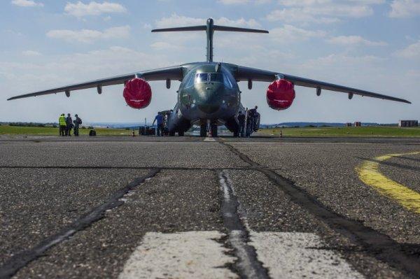 A aeronave KC-390 repousa na pista do Aeródromo de Vodochody, na República Checa. (Foto: Aero)