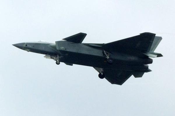 A mais recente unidade do J-20 visto durante voo de testes em Chengdu. (Foto: Adan Y.)