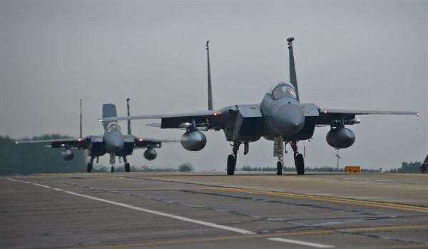 Caças F-15C da Base Aérea de Lakenheat. (Foto: USAFE)