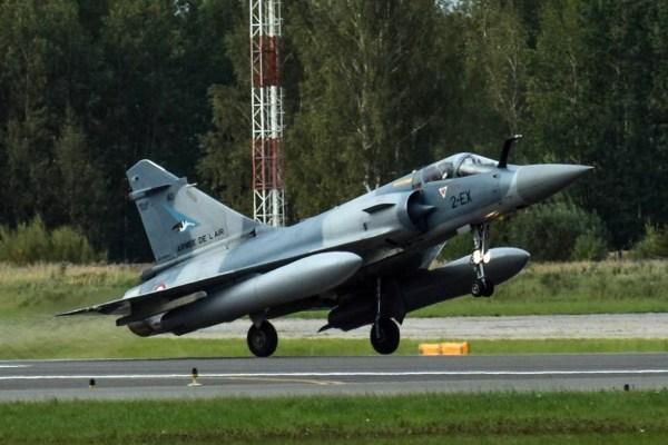 Essa é a quinta vez que caças Mirage 2000 da França assumem a missão da OTAN. (Foto: Ministério de Defesa da Lituânia)