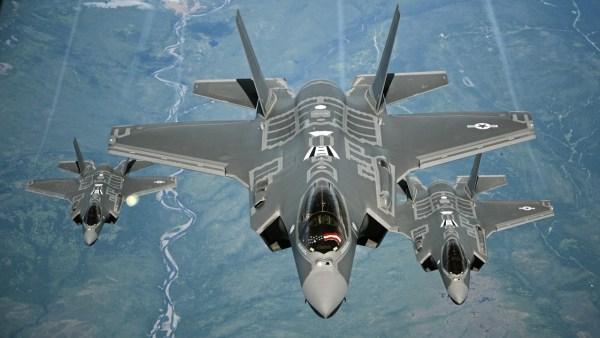 Três caças F-35A se preparam para receber combustível em voo. (Foto: U.S. Air Force)
