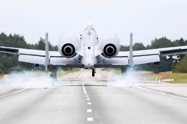 Um jato de ataque A-10 Thunderbolt II pousa numa rodovia da Estônia no dia 5 de agosto de 2016. (Foto: Andres Putting)