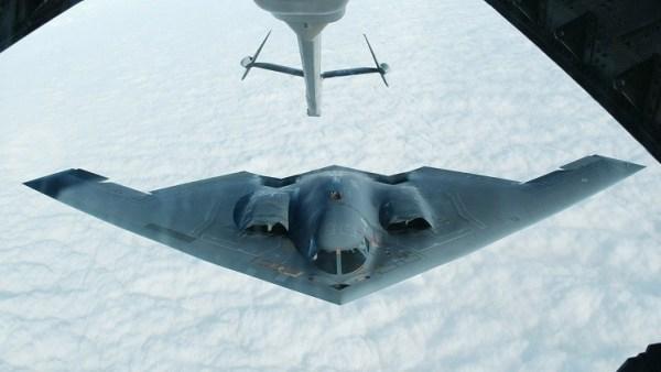 Um B-2 recebe combustível em voo.
