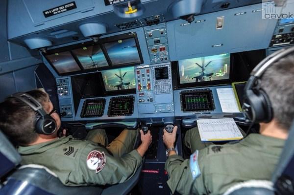 Operadores do sistema de reabastecimento do KC-30A, acompanham nas telas o caça F-16C da USAF se aproximando para reabastecer em voo. (Foto: Australia MoD)