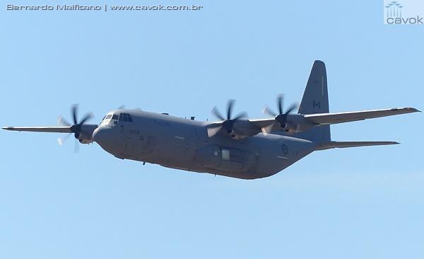 Aeronave de transporte C-130J Hercules das Forças Armadas Canadenses. (Foto: Bernardo Malfitano / Cavok)