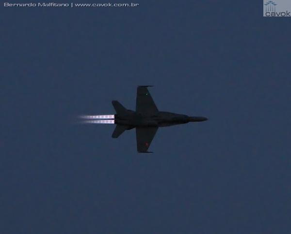 Passagens do CF-18 Hornet com pós-combustores acionados no show noturno. (Foto: Bernardo Malfitano / Cavok)